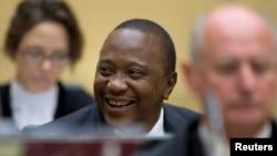 Madaxweyne Uhuru Kenyatta oo ku sugan xaruunta maxkamadda adduunka ee The Hague, October 8, 2014.