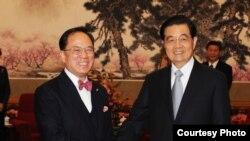 香港特首曾蔭權(左)去年底到北京述職時會見中國國家主席胡錦濤 (圖片由香港政府提供)
