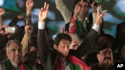 Opposition leader Imran Khan of the Pakistan Tehreek-e-Insaf party waves to supporters during a rally in Islamabad, Pakistan, Nov. 2, 2016.