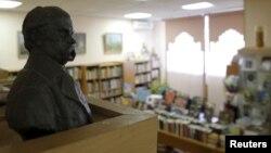 Một bức tượng bán thân của nhà thơ Ukraine Taras Shevchenko được trưng bày tại Thư viện Văn học Ukraine tại Moscow, ngày 29/10/2015.