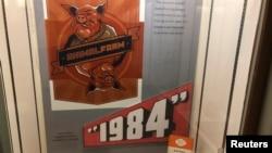 美国新墨西哥大学为纪念英国作家奥威尔举办展览会的招贴画,上面显示奥威尔的名著《动物庄园》和《1984》。(2019年10月21日)