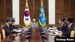 9일 청와대에서 미국 대선 관련 국가안전보장회의 상임위원회가 열린 후 박근혜 한국 대통령(가운데)이 결과 보고를 듣고 있다.