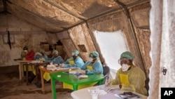 Des travailleurs de la santé, prêts à aider les victime du virus à Ebola en Sierra Leone (AP)