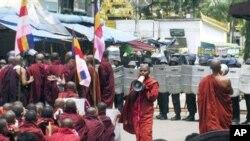 番红花革命:仰光街头的示威僧侣与军警对峙