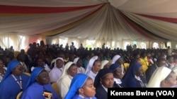 Des religieuses attendant à l'aéroport d'Entebbe en Ouganda, 27 novembre 2015