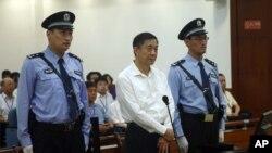 Mantan Politisi China, Bo Xilai (tengah) saat mendengarkan keputusan dari pengadilan Jinan, provinsi Shandong, 18 September 2013 (Foto: dok).