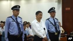 ທ່ານ Bo Xilai (ກາງ) ຖືກຕັດສິນໂທດ ຈຳຄຸກ ຕະຫຼອດຊີວິດ