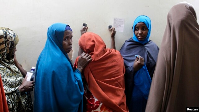 FILE - Suspected Somali illegal migrant Leyla Ali Adow (C) reacts after being processed for deportation in Nairobi.