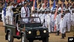 Presiden Srilanka Mahinda Rajapaksa (berdiri paling depan dalam mobil Jeep), melakukan inspeksi militer bersama para komandan pasukan militer Srilanka dalam perayaan HUT ke-3 kemenangan atas pemberontak Macan Tamil di Colombo (19/5).