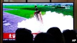 Peluncuran rudal Korea Utara dalam siaran berita yang ditayangkan di televisi di Stasiun Kereta Api Seoul, Korea Selatan, Rabu, 2 Oktober 2019.