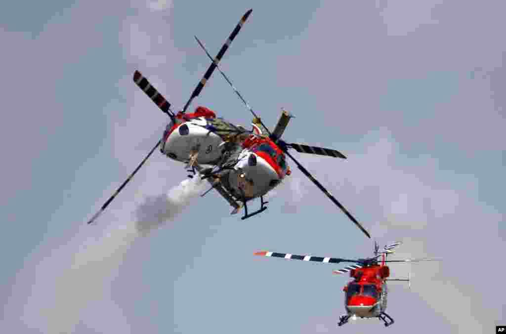 Helicópteros de la Fuerza Aérea de la India durante un show acrobático en la base de Yelahanka en Bangalore.