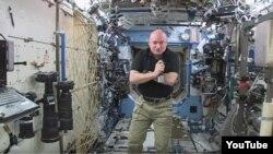 Astronot NASA, Scott Kelly di dalam stasiun antariksa internasional atau ISS (foto: dok).