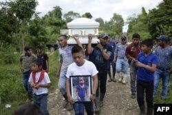 La niña de 7 años, Jakelin Caal, que murió en EE.UU., fue sepultada el martes 25 de diciembre de 2018 en su aldea en Guatemala.