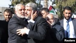غزہ پہنچنے پر اسماعیل حانیہ خالد مشعل کا استقبال کررہے ہیں