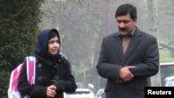 ملالہ اور ان کے والد ضیا الدین یوسفزئی (فائل)