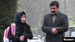 ملالہ اور ان کے والد ضیاء الدین یوسفزئی (فائل فوٹو)