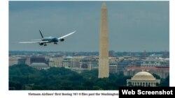 Ảnh chụp trên trang web của Australianaviation.com.au cho thấy chiếc máy bay Boering 787-9 của hãng Vietnam Airlines bay trên bầu trời thủ đô Washington, ngày 6/7/2015.