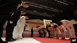 6일 한국 가평에서 열린 통일교 문선명 총재 장례식에서 조문객에게 인사하는 가족들.