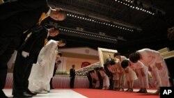 Mục sư Huyng-jin Moon (người thứ ba từ trái) con trai của mục sư Sun Myung Moon chào những người đến dự lễ tang