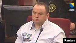 Veselin Vlahovic, warga Montenegro saat mendengarkan putusan Mahkamah Kejahatan Perang Bosnia (29/3). Mahkamah menjatuhkan hukuman 45 tahun penjara atas kejahatan yang dilakukan mantan anggota pasukan paramiliter Serbia Bosnia ini saat berlangsungnya perang tahun 1992-1995.