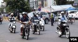 FILE: Motorists on a street in Phnom Penh, Cambodia, February 11th, 2020. (Malis Tum/VOA Khmer)