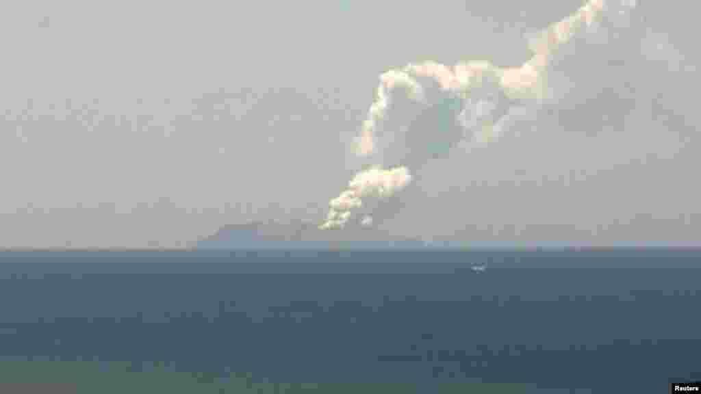 نیشنل ایمرجنسی مینجمنٹ ایجنسی کا کہنا ہے کہ سفید راکھ کی ایک موٹی تہہ کئی میل دور سے ہی دیکھی جاسکتی ہے۔