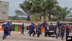 Intervention de la police lors des manifestations contre la modification de la loi électorale, le 29 janvier 2015 à Kinshasa.