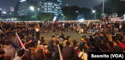 Ribuan mahasiswa berunjuk rasa menolak RKUHP dan pelemahan KPK di depan Gedung DPR, Kamis, 19 September 2019. (Foto: VOA/Sasmito)