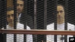 두 아들과 함께 법정에 선 호스니 무바라크 이집트 전 대통령