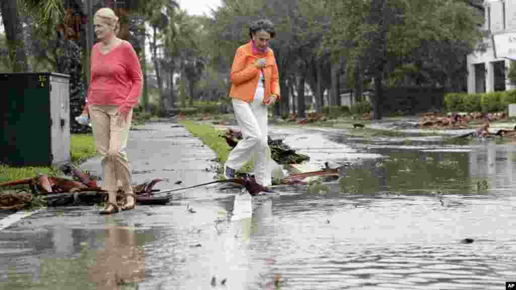 Sherry McMahon, et Joan Maddy, constatent les les dégats causés par l'ouragan Matthew dans une rue inondée dans un quartier résidentiel, le 7 octobre 2016