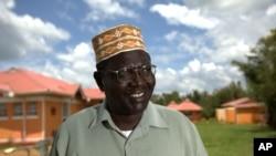 Le Kényan Malik Obama dans son village à Kogelo, pose pour la télévision américaine, le 4 novembre 2012.