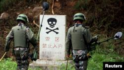 Các binh sĩ Quân đội Giải phóng Nhân dân Trung Hoa (PLA) thực hiện nhiệm vụ rà phá bom mìn ở tỉnh Vân Nam, ngày 2 tháng 11 năm 2015.