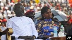 Le nouveau président du Liberia George Weah, à gauche, et son épouse, Clar Weah, à droite, lors de sa cérémonie d'investiture à Monrovia, Liberia, 22 janvier 2018.