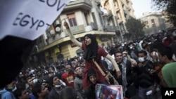 Egypte : l'Armée plie, mais Tahrir ne désemplit pas
