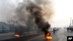 Para pendukung partai Islam Banglades, Jamaat-e-Islami, membakar ban bekas untuk memblokir lalu lintas dalam pemogokan umum di Dhaka, Bangladesh, 31 Januari 2013. (AP Photo/A.M. Ahad)