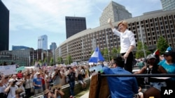 លោកស្រី Elizabeth Warren បក់ដៃទៅកាន់ក្រុមមនុស្សនៅពេលថ្លែងសុន្ទរកថានៅក្នុងការប្រមូលផ្តុំ Rally Against Separation កាលពីថ្ងៃទី៣០ ខែមិថុនា ឆ្នាំ២០១៨ ក្នុងក្រុង Boston។