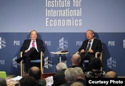 中国经济学家余永定在彼得森国际经济研究所讲座后回答该智库经济学家伯格斯滕提出的问题,称中国停止干预汇率没有最佳时机。(图片:彼得森国际经济研究所提供)