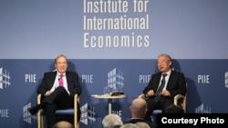 中國經濟學家余永定在彼得森國際經濟研究所講座後回答該智庫經濟學家伯格斯滕提出的問題,稱中國停止干預匯率沒有最佳時機。(圖片:彼得森國際經濟研究所提供)
