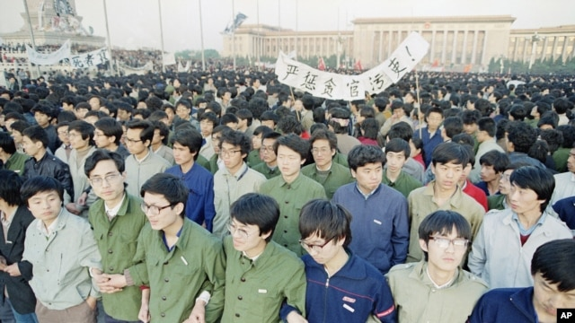 Chinese students link arms in solidarity at dawn in Tiananmen Square in Beijing, April 22, 1989.
