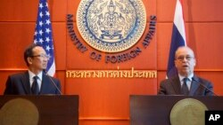 U.S. Assistant Secretary of State for East Asian and Pacific Affairs Daniel Russel, right, and Thai Ministry of Foreign Affairs Permanent Secretary Apichart Chinwanno speak during a joint news conference in Bangkok, Thailand, Dec. 16, 2015.