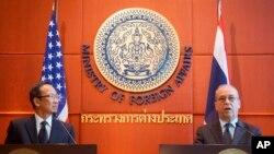 Wakil Menteri Luar Negeri Amerika untuk Urusan Asia Timur dan Pasifik, Daniel Russel, kanan, dan Sekretaris Tetap Kementerian Luar Negeri Thailand Apichart Chinwanno dalam konferensi pers gabungan di Bangkok, Thailand, 16 Desember 2015.
