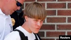 دیلان روف، مظنون حمله مرگبار به کلیسای امانوئل در چارلستون ایالت کارلینای جنوبی توسط ماموران پلیس دستگیر شد - ۲۸ خرداد ۱۳۹۴