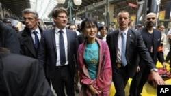 缅甸民运领袖昂山素季六月二十六日抵达巴黎北站