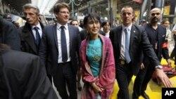 Burmese democracy icon Aung San Suu Kyi arrives at Gare du Nord train station, Paris, June 26, 2012.