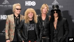 Matt Sorum (izq.), Steven Adler, Duff McKagan y Slash después del ingreso de Guns N' Roses al Salón de la Fama del Rock and Roll, en abril de 2012.