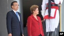 中国总理李克强(左)与巴西总统罗塞夫在巴西利亚总统府举行的欢迎仪式上(2015年5月19日)