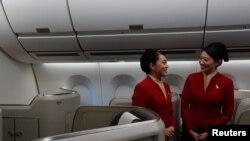 Tiếp viên hàng không trong khoang hạng thương gia của Cathay Pacific.