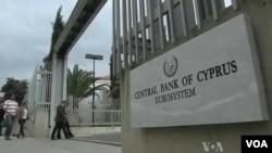 Kriz nedeniyle bankaların işlemlerine kısıtlama getiren Rumlar, AB kuralları gereği bu önlemleri en kısa zamanda kaldırmak zorunda.