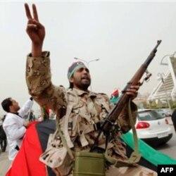 """Qaddafiy """"dushmanlarni birma-bir tutib, adabini beramiz"""" deydi"""