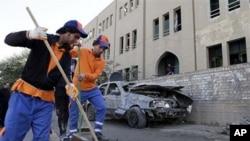 有關人員星期天在巴格達清理爆炸後的現場